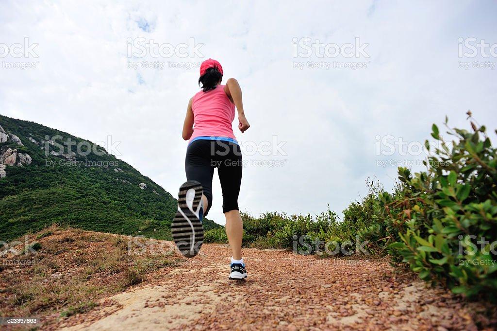 Corredor corriendo en playa senderos de montaña - Foto de stock de Adulto libre de derechos