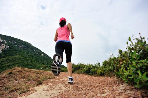 Corredor Corriendo En Playa Senderos De Montaña Foto de stock y más banco de imágenes de Adulto