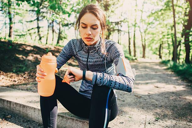 läufer mit smart uhr - armband water stock-fotos und bilder
