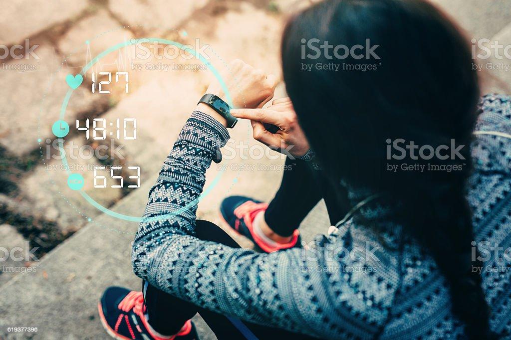Corredor con reloj inteligente - foto de stock