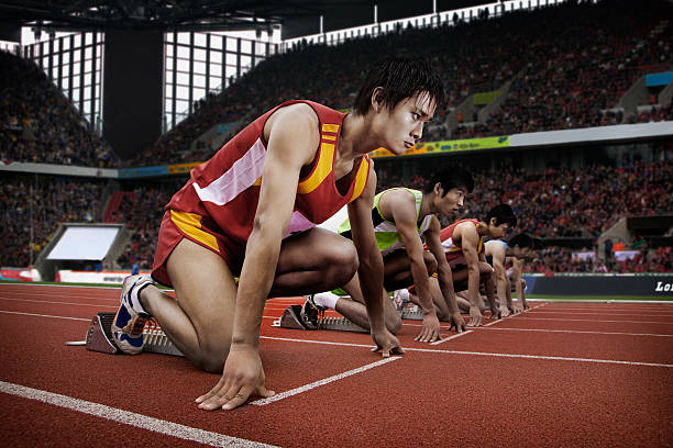 ランナーでスタートラインのスタジアム - 陸上競技 ストックフォトと画像