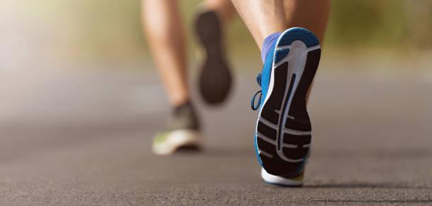 주자 발도로에서 실행 신발에 가까이 - 다리 신체 부분 뉴스 사진 이미지