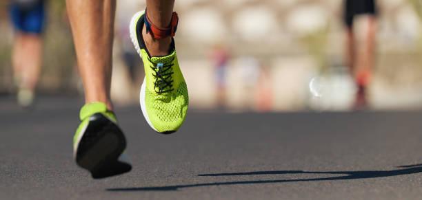 corredores de pies corriendo en la carretera de cerca en el zapato - maratón fotografías e imágenes de stock