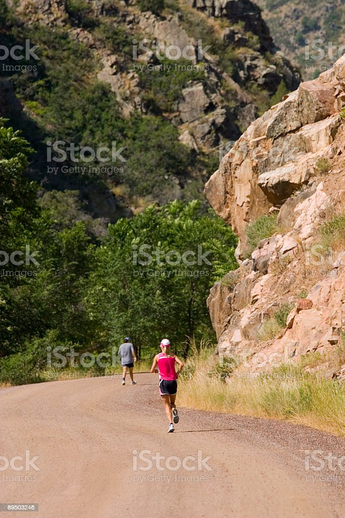 Runners in Waterton Canyon Colorado royalty free stockfoto