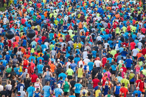 Läufer auf der Straße. Athleten in Bewegung. Städtischer Wettbewerb. Menge – Foto