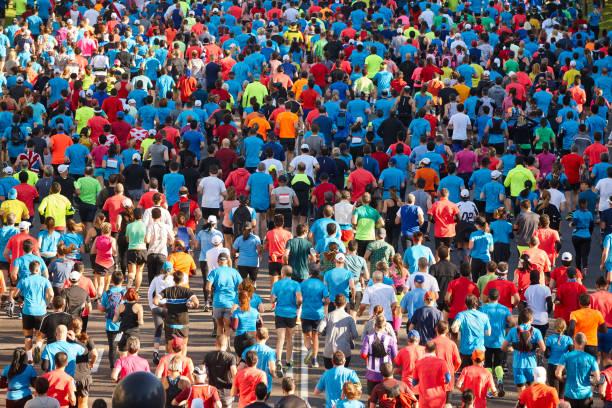 Läufer auf der Straße. Athleten in Bewegung. Städtischer Wettbewerb – Foto