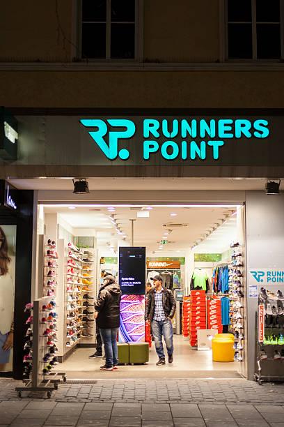 läufer point store - nike sneaker weiß stock-fotos und bilder