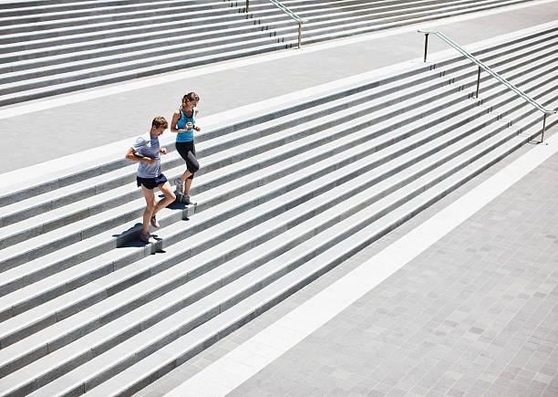 läufer laufen auf treppe - treppe außen stock-fotos und bilder