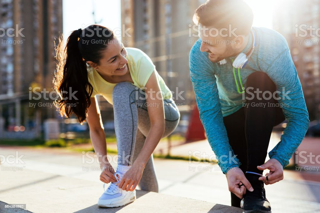 Runners tying running shoes and getting ready to run - fotografia de stock