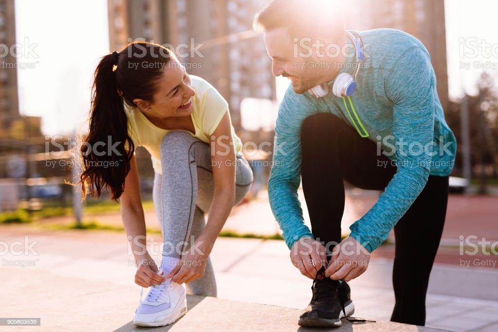 Läufer Laufschuhe binden und immer einsatzbereit - Lizenzfrei Aktiver Lebensstil Stock-Foto