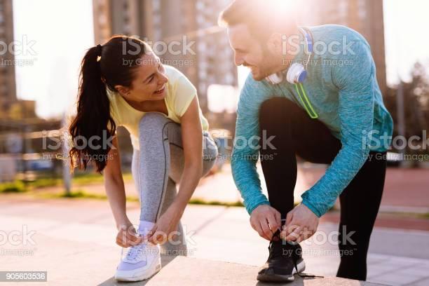 Läufer Laufschuhe Binden Und Immer Einsatzbereit Stockfoto und mehr Bilder von Aktiver Lebensstil