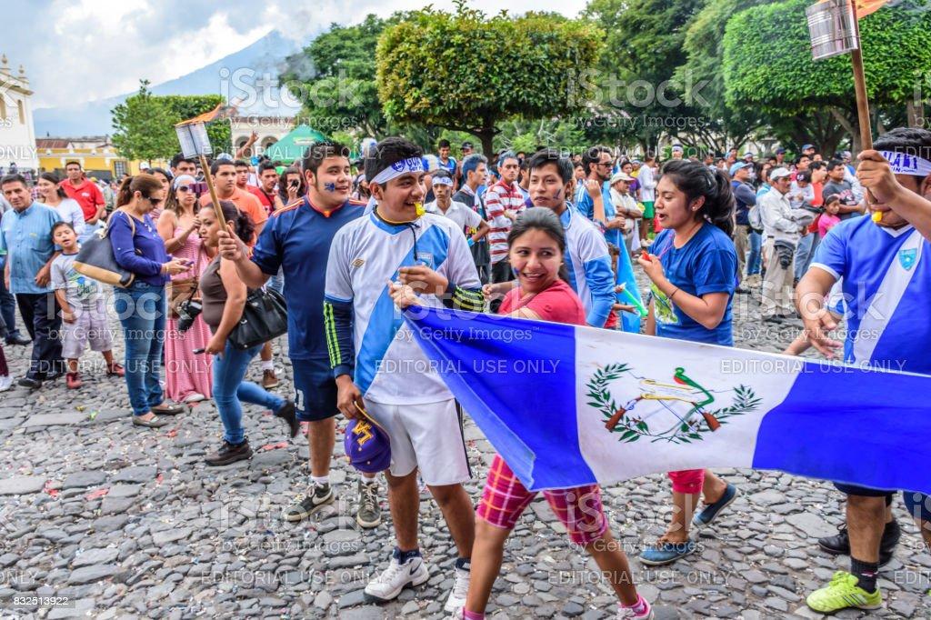 Corredores con bandera y antorchas, día de la independencia, Antigua, Guatemala - foto de stock