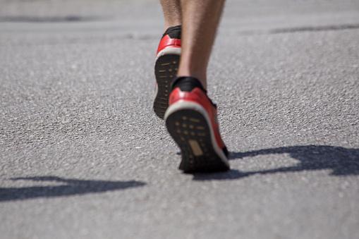 Runnesr Feet Back Race On Asphalt Action Background - zdjęcia stockowe i więcej obrazów Asfalt