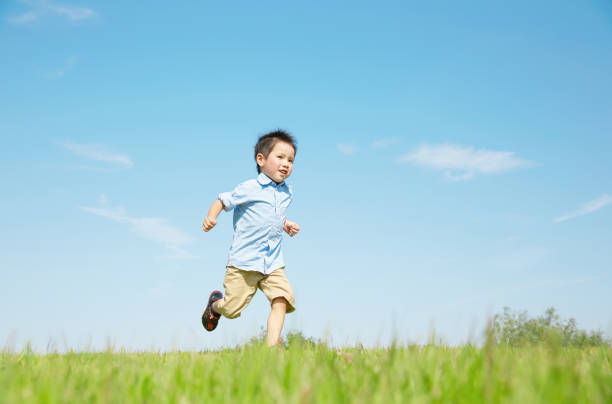 running asian child - infanzia foto e immagini stock