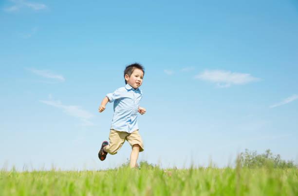 アジアの子供を実行します。 - 子供時代 ストックフォトと画像