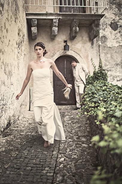 laufen entfernt - bräutigam anzug vintage stock-fotos und bilder