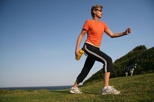 running mädchen-power-walking - gewicht schnell verlieren stock-fotos und bilder