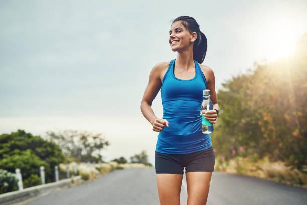 laufen ist geworden, revitalisierung - joggerin stock-fotos und bilder