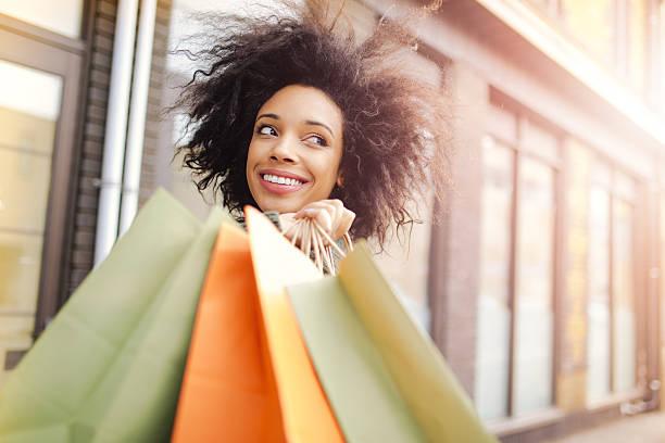 zu hause mit einkaufstaschen - frisuren 2016 frauen stock-fotos und bilder