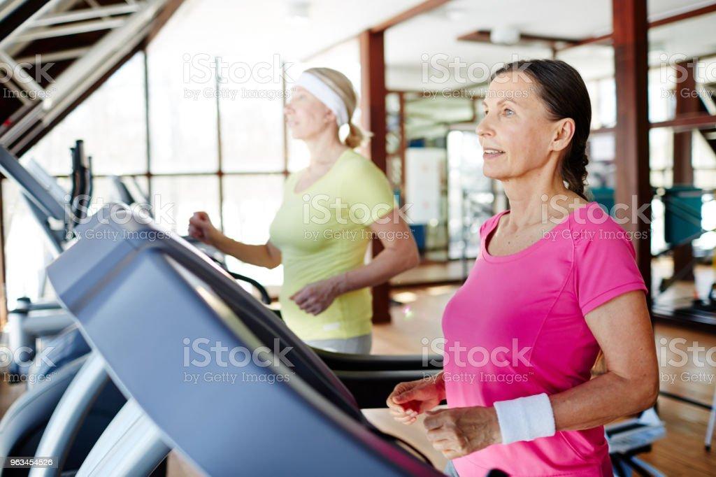 Running in gym - Zbiór zdjęć royalty-free (Aktywni seniorzy)