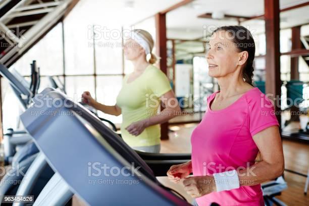 Bieganie Na Siłowni - zdjęcia stockowe i więcej obrazów Sala gimnastyczna - Miejsce rekreacji