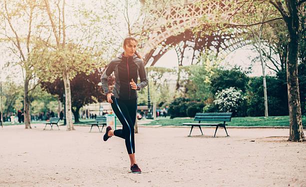 laufen in paris - französisch übungen stock-fotos und bilder