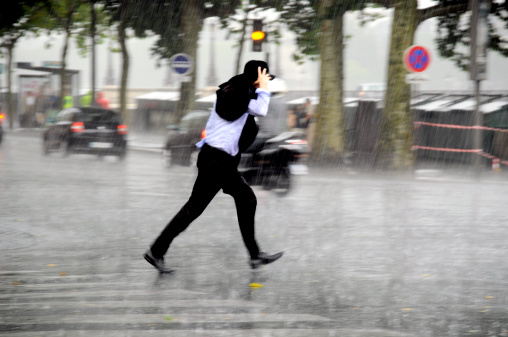 Läuft Man Im Regen Stockfoto und mehr Bilder von Ain