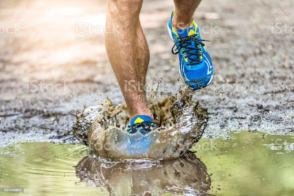 Läuft Mann zu Fuß im einer Pfütze, Planschen die Schuhe – Foto