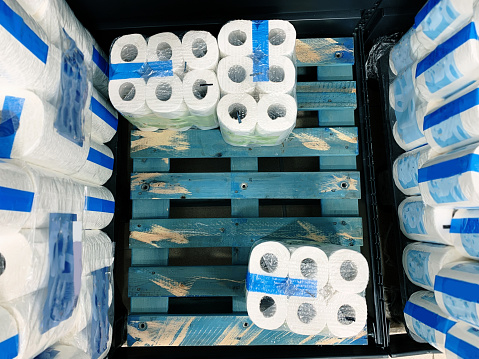Running Out Of Toilet Paper - Fotografie stock e altre immagini di Accudire