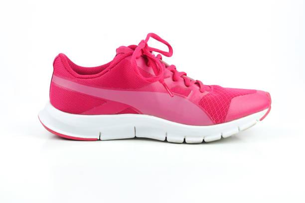 rosa, sport laufschuh für frauen auf weißem hintergrund - joggingschuhe stock-fotos und bilder