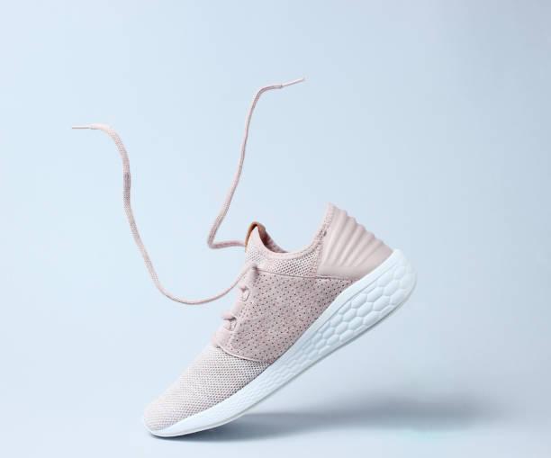 buty sportowe do biegania z latającymi sznurowadłami. - but sportowy zdjęcia i obrazy z banku zdjęć