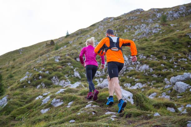 kör upp på berget - jogging hill bildbanksfoton och bilder