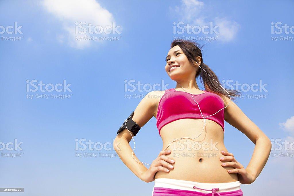 Mujer corriendo para correr al aire libre mientras escucha música - Foto de stock de Actividad libre de derechos