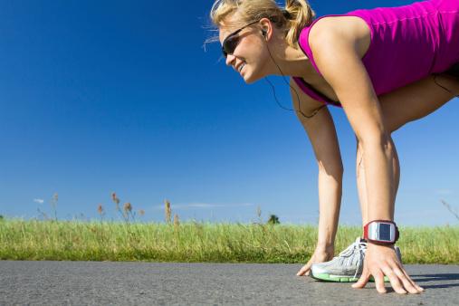 Mujer Corriendo Foto de stock y más banco de imágenes de Actividad