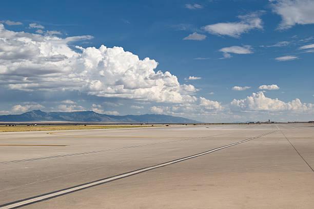 runway - vliegveld stockfoto's en -beelden