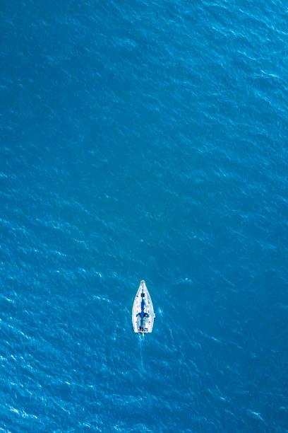 帆でドローンの上から空中眺望と南チリの五大湖の 1 つ rupanco 湖ボート横断湖だけでリラックスして、セーリング、チリ - 小型船舶 ストックフォトと画像