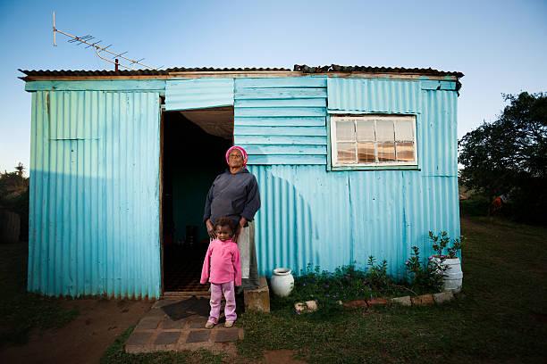 ländliche afrikanische mutter und kind - eisenmangel was tun stock-fotos und bilder