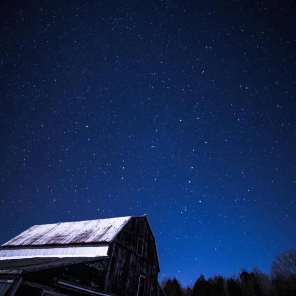 granges rurales pendant la nuit avec des étoiles en hiver - grande ourse photos et images de collection