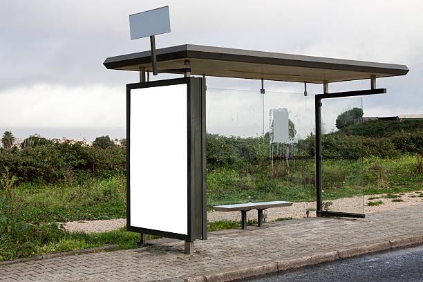 Rural ponto de ônibus com outdoor em branco - foto de acervo