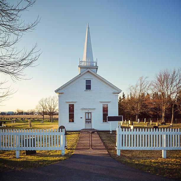 ländliche-kirche - kirchturmspitze stock-fotos und bilder