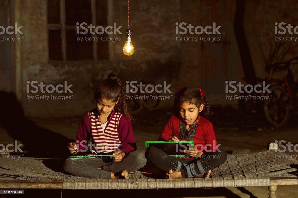 Ländliche Mädchen studieren in Glühbirne – Foto