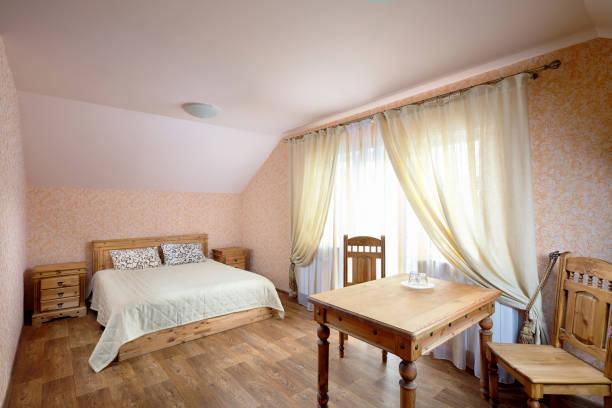 ländliche herberge zimmer - cottage schlafzimmer stock-fotos und bilder