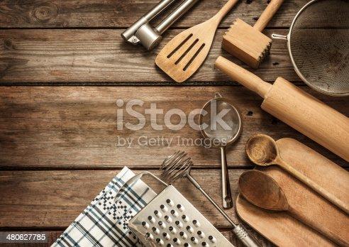 rural ustensiles de cuisine sur la table en bois vintage lambris photos et plus d 39 images de. Black Bedroom Furniture Sets. Home Design Ideas