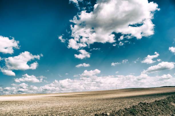 paisaje rural, entre el cielo y las nubes de colores intensos - monse del campo fotografías e imágenes de stock
