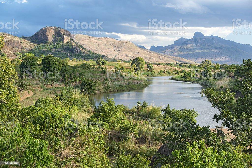 Ländliche Landschaft in Madagaskar mit laffita hernandez-Massiv – Foto