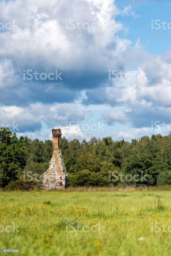 與破舊的老房子和煙囪的農村景觀。 免版稅 stock photo
