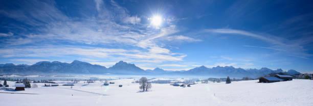 ländlichen landschaft mit bergen und see in bayern im winter - allgäu stock-fotos und bilder