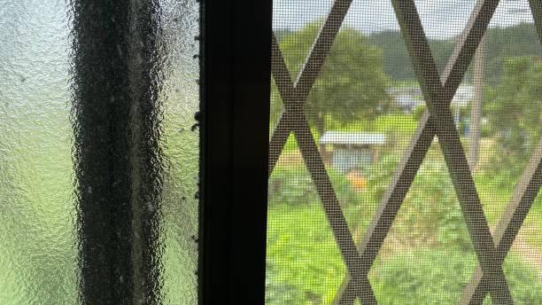 田舎の風景 - 田舎の日本の自宅から窓を通して ストックフォト