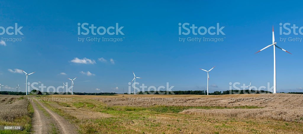 skyline di rurale con turbine eoliche foto stock royalty-free