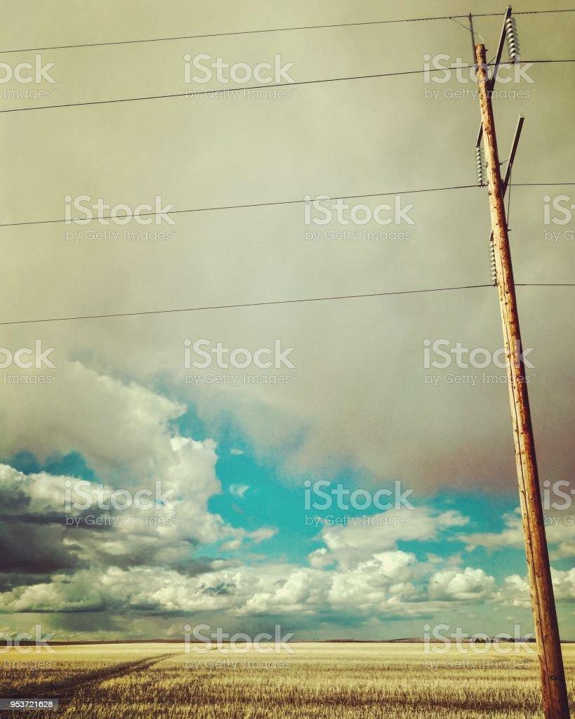 Ländliche Telefonmast an bewölkten Tag – Foto